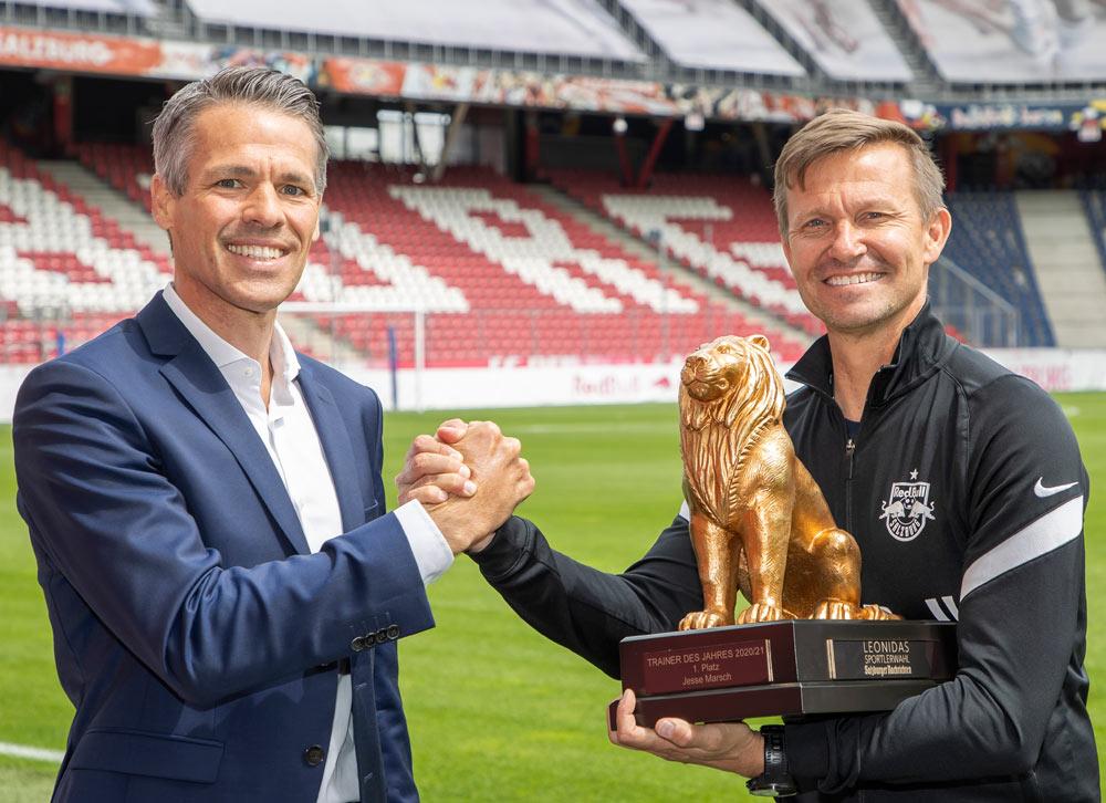 Zum Abschied aus Salzburg durfte Erfolgstrainer Jesse Marsch seinen zweiten Goldenen Leonidas als Trainer des Jahres empfangen – Thomas Beran (Markenleiter Audi) gratulierte.